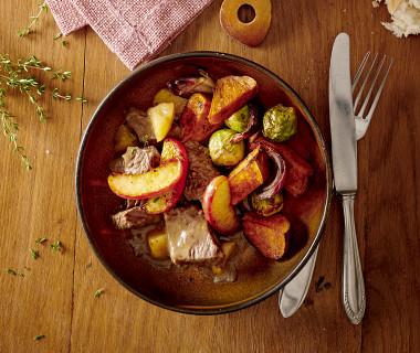 Runderstoof met gebakken appeltjes en groenten uit de oven