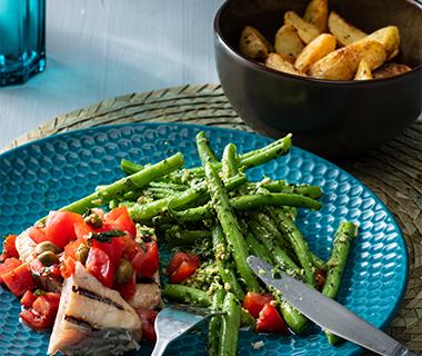 Pestoboontjes met tonijnsteak en tomatensalsa