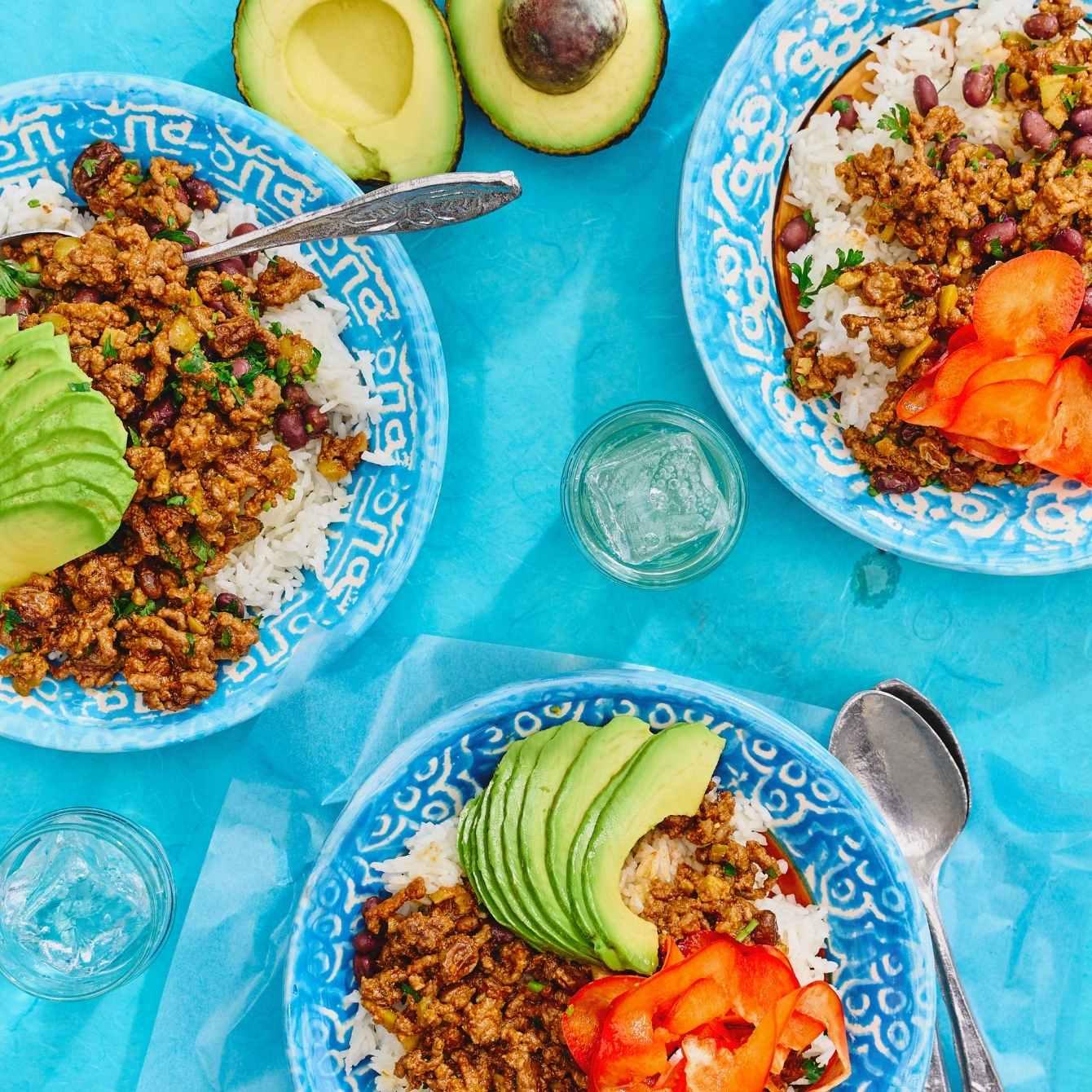 Picadillo met rijst, avocado en tomaat