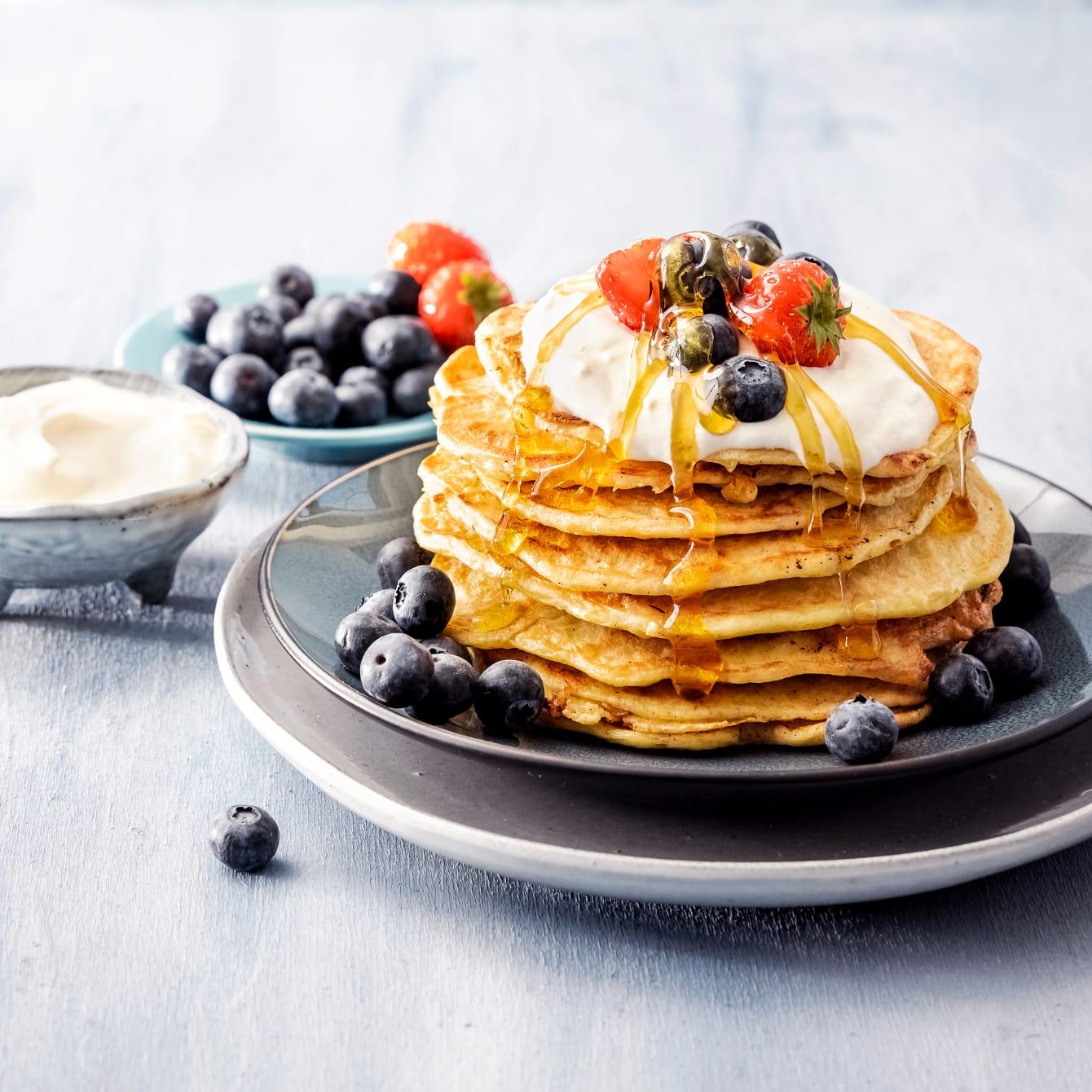 Rijstpannenkoekjes met vers fruit, yoghurt en honing