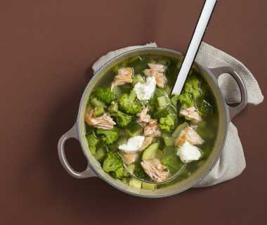 Courgette broccolisoep met zalm
