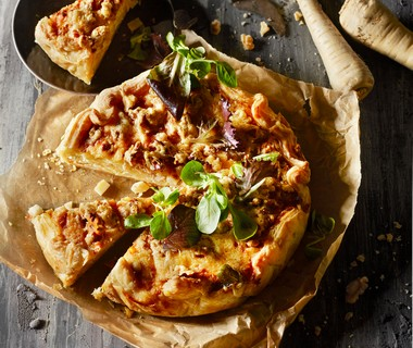 Pastinaaktaart met walnoten en oude kaas