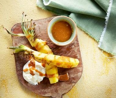 Ananas van de barbecue met karamel-zeezoutdip