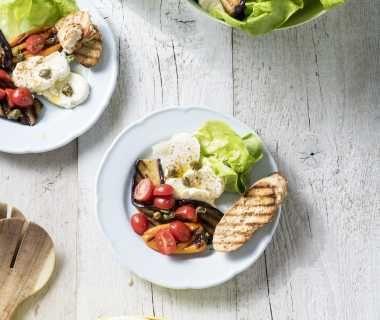 Salade van gegrilde aubergine, mozzarella  en knoflookcroutons