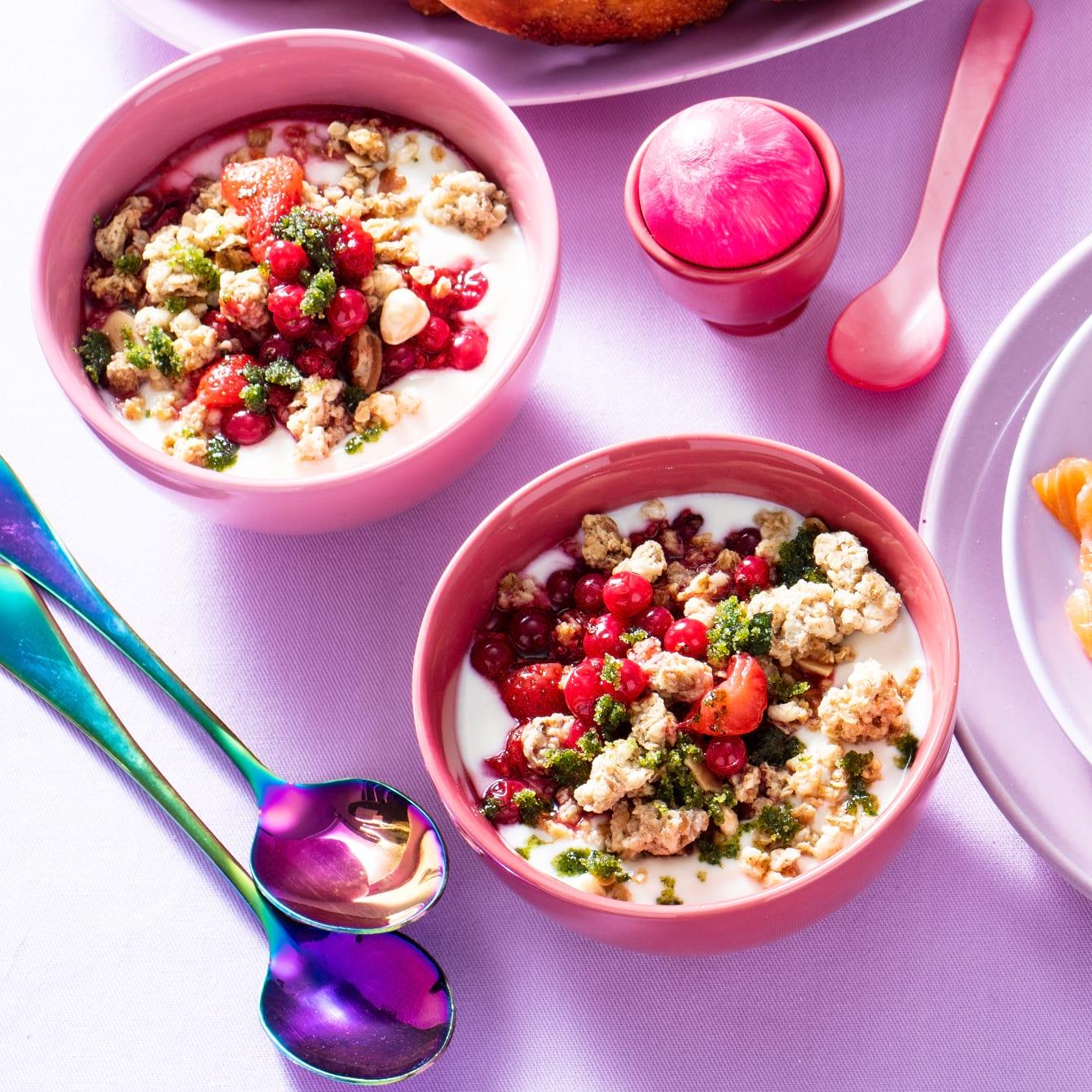 Ontbijtbowl: Yoghurt met blauwe bessen en muntsuiker