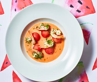 Frisse watermeloensoep met garnalen