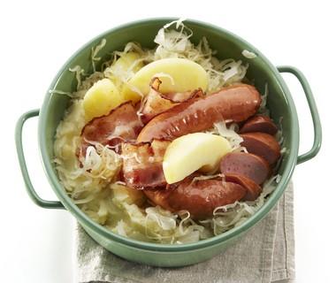 Zuurkoolschotel met appel, spek en rookworst