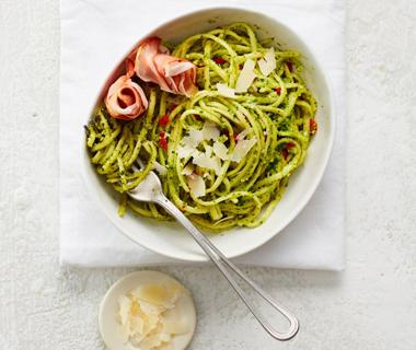 Linguini met ham en amandel-peterseliepesto