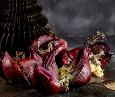 Gepofte rode ui met balsamico en blauwe kaas