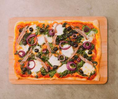 Pizza met spinazie, ansjovis en olijven