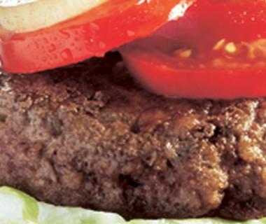 Amerikaanse hamburger met koolsla en remia fritessaus