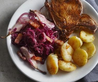 Rodekoolsalade met spek en stoofpeer