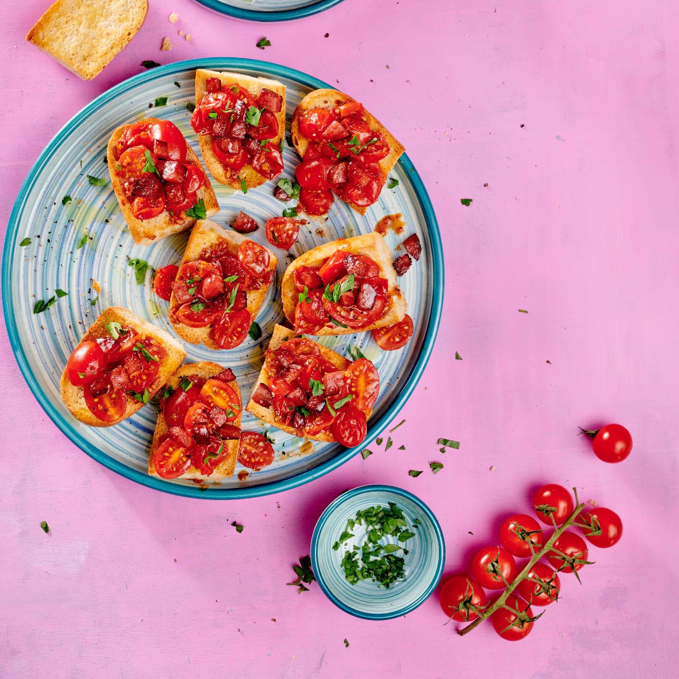 Tapa van brood, tomaat en gebakken fuet