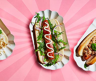 Hotdogs met kroepoekcrunch en chili-pindasaus