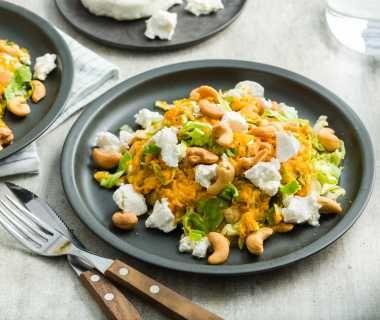 Andijviestamppot van zoete aardappel met geitenkaas en cashewnoten