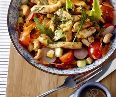 Salade uit de moestuin met kip en cashewnoten