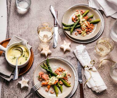 Warmgerookte zalm met asperges en Hollandse garnalen