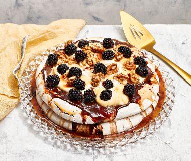 Meringata-taart met karamel en noten