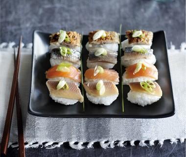 Sushi van kleefrijst met gerookte vis