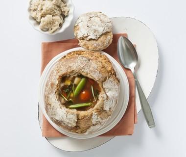 Gevulde soep in vloerbrood