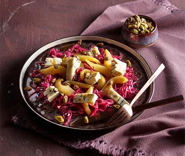 Rodekoolsalade met peer, pistache en gorgonzola
