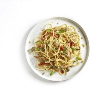 Spaghetti met makreel, geroosterd broodkruim en munt
