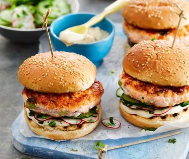 Zalmburger met pittige mayo en komkommersalade