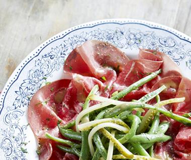 Carpaccio van rookvlees met boontjessalade
