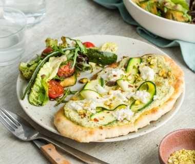 Naanbroodpizza met buffelmozzarella en een frisse salade