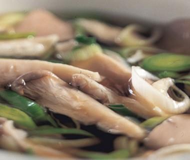 Kippenbouillon met paddenstoelen en preiringen