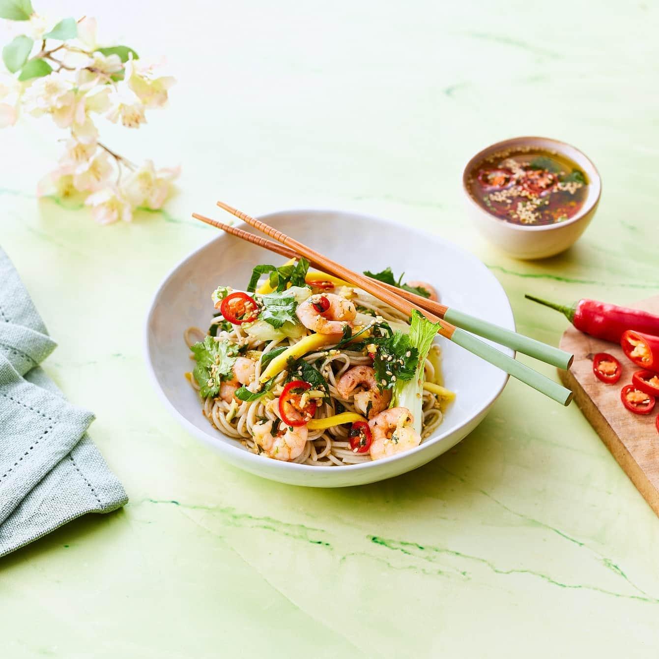 Salade van noedels, wokgarnalen en paksoi met een rode peperdressing
