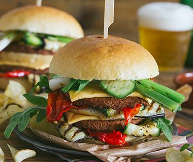 Maaltijd Burger 'de Luxe' met gegrilde groenten en mc² Burger