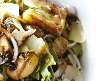 Rucolasalade met aubergine en gebakken paddenstoelen