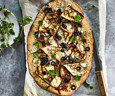 Havermoutpizza met gegrilde aubergine en ansjovis