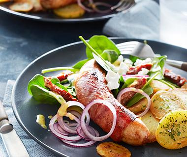 Provençaalse aardappeltjes met hamsaucijsjes en spinaziesalade