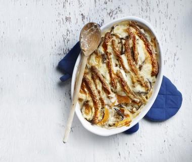 Ovenschotel met zoete aardappel, aubergine en saucijs