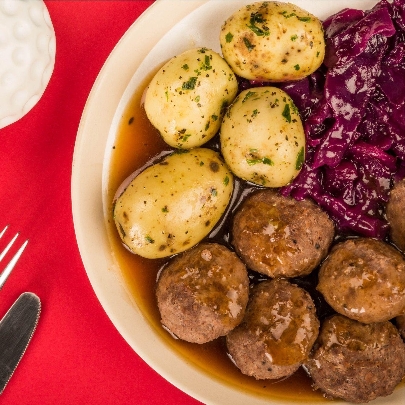 Rode kool met gehaktbal en geroosterde aardappels