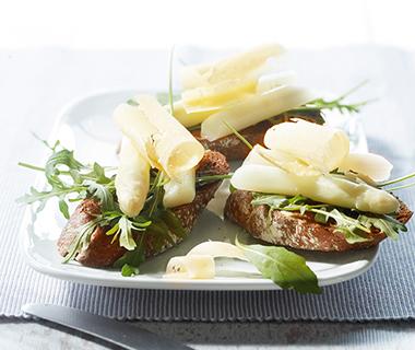 Crostini met asperges en kaaskrullen