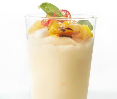 Advocaatparfait met geroosterde mango en basilicum
