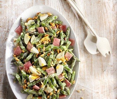 Groene aspergesalade met gekookt ei en ham
