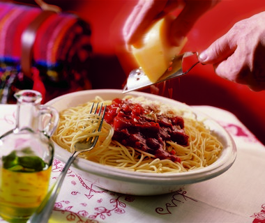 Spaghetti met rode saus en kaas