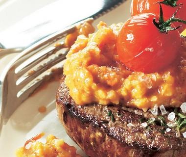 Biefstuk met geroosterde tomaat en tomatendip