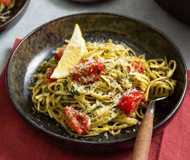 Spaghetti met kruidenpesto en cocktailtomaten