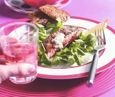 Salade van geroosterde zalm met mierikswortelmayonaise