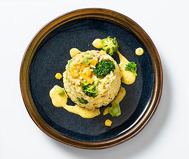Rijstsalade met broccoli, ham en mais