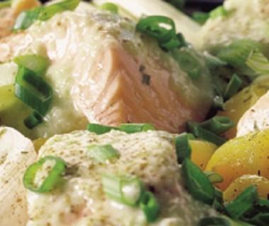 Zalm met aardappelen, prei en komkommersaus