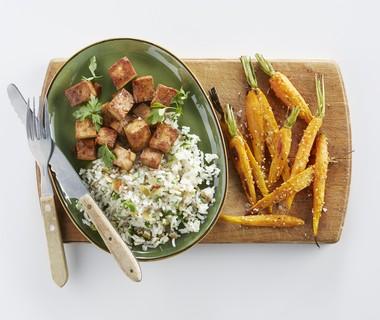 Geroosterde wortels en gekarameliseerde tofu