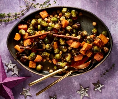 Geroosterde zoete aardappel en spruitjes met hazelnoten