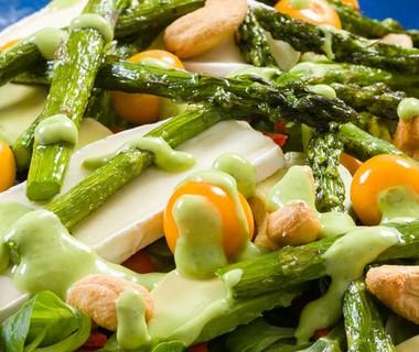 Salade met brie, physalis bessen en groene mini asperges