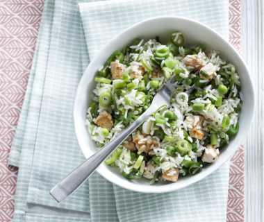 Rijstsalade met groene groenten en kalkoen